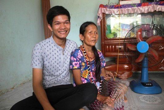 Hà Manh rất thương mẹ vì tảo tần nuôi lớn 7 anh chị em