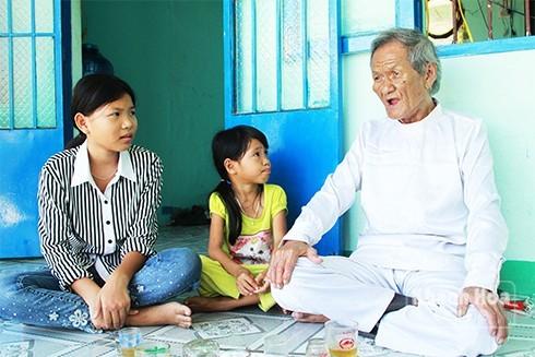 Nghệ nhân Trần Rí đang dạy cho các cháu những làn điệu Bài chòi.