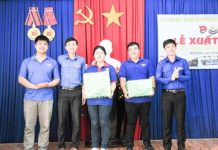 Lãnh đạo Tỉnh đoàn, đoàn trường, hội sinh viên trường tặng quà cho đội tình nguyện