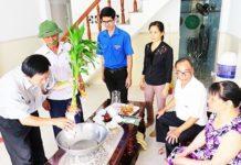 Cùng với các ban, ngành, đoàn thể, đoàn viên, thanh niên tham gia kiểm tra phòng, chống sốt xuất huyết nhà dân ở phường Phước Long, TP. Nha Trang.