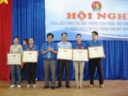 Đ/c Hồ Văn Mừng, Bí thư Tỉnh Đoàn Khánh Hòa trao bằng khen cho các đơn vị xuất sắc