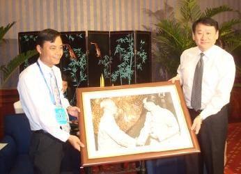 Đ/C Hà Văn Hùng trao ảnh lưu niệm cho Đ/C Vương Tiểu Đông.