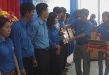 Đồng chí Hồ Văn Mừng – Bí Thư Tỉnh đoàn, Trưởng BCĐ hè tỉnh Khánh Hòa trao giấy khen cho các tập thể đạt thành tích xuất sắc.