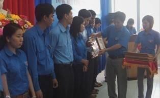 Đồng chí Hồ Văn Mừng - Bí Thư Tỉnh đoàn, Trưởng BCĐ hè tỉnh Khánh Hòa trao giấy khen cho các tập thể đạt thành tích xuất sắc.