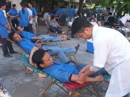 Hình ảnh: Các tình nguyện viên đang hiến máu nhân đạo.