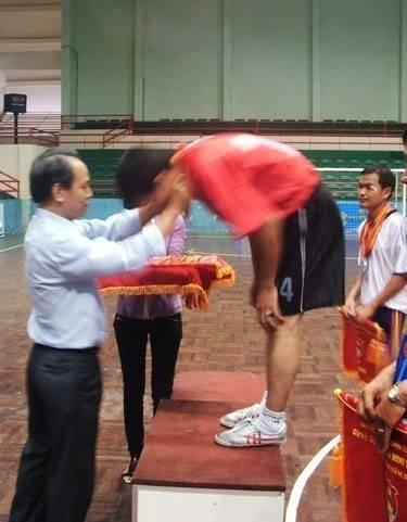 Đồng chí Phan Hồng Thái Phó Bí thư Đảng ủy Khối Các cơ quan tỉnh trao huy chương vàng cho đội Đài Phát thanh - Truyền hình Khánh Hòa.