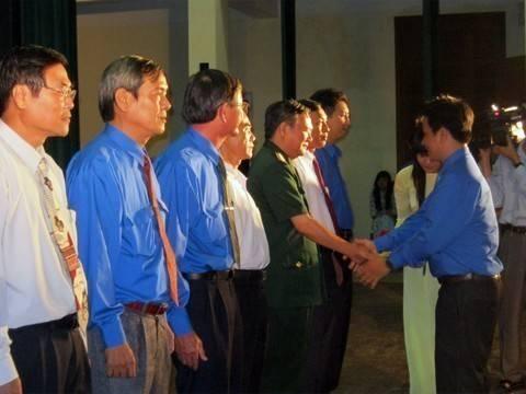 images lekyniem80nam dong chi HO Van Mung trao ky niem chuong vi the he tre - Lễ kỷ niệm 80 năm thành lập Đoàn TNCS Hồ Chí Minh và tuyên dương 80 Bí thư cơ sở Đoàn xuất  sắc