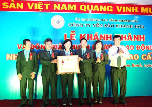 Lãnh đạo Nhà máy Nước giải khát cao cấp Yến sào Khánh Hòa đón nhận Huân chương Lao động hạng Ba.