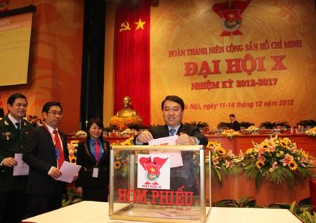 Đồng chí Nguyễn Mạnh Dũng, Bí thư BCH Trung ương Đoàn khóa IX bỏ phiếu bầu BCH Trung ương Đoàn khóa X