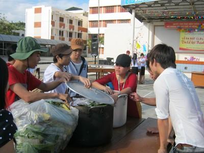 Từ 4 giờ chiều, thầy cô và các bạn sinh viên đã hội tụ ở sân trường với các nồi nguyên liệu: lá chuối, nếp, đậu xanh, thịt heo chuẩn bị cho việc gói bánh.