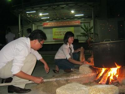 Trong đêm lạnh, các sinh viên quây quần bên nồi bánh chưng ấm áp, thơm nồng hương vị Tết.