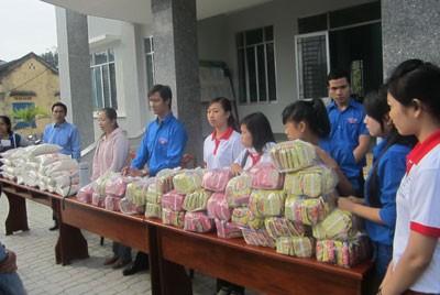 """Câu lạc bộ """"Tuổi trẻ vì xã hội"""" trao quà cho người dân xã Khánh Đông (Khánh Vĩnh)"""