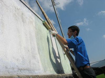 Đoàn viên Khatoco giúp mẹ Võ Thị Hộ sửa chữa, sơn mới nhà.