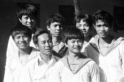 Thuyền trưởng Vũ Huy Lễ  (người đeo quân hàm) và các thành viên tàu HQ 505 tại Cam Ranh, tháng 4-1988.