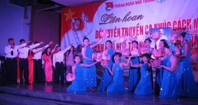 Diễn ra từ ngày 18 đến 26-3 tại Trung tâm Văn hóa tỉnh (số 5 đường 2-4), Liên hoan Đội tuyên truyền ca khúc cách mạng TP. Nha Trang lần thứ XI năm 2013 có nhiều bước tiến mới về quy mô và chất lượng, thu hút đông đảo người xem.