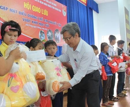 ong20Than20tang20qua 1 - Biểu dương 130 trẻ em khuyết tật vượt khó học tốt