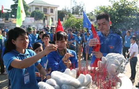 2395 - Sinh viên xây dựng Cột cờ Tổ quốc trên đảo Lý Sơn