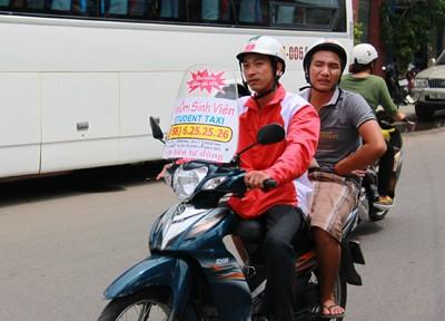 """Trương Anh Quốc - thành viên """"Xe ôm sinh viên"""" chở khách."""