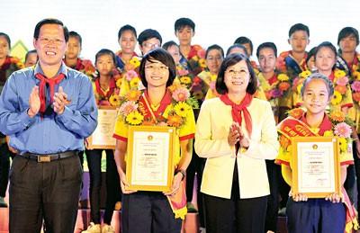 Phó Bí thư Thành ủy TPHCM Nguyễn Thị Thu Hà (thứ 2, từ phải sang) chúc mừng các Chỉ huy Đội giỏi tiêu biểu toàn quốc.