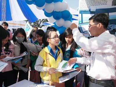 images930773 tuvantuyensinh 1 - Gần 3.000 phụ huynh, học sinh tham gia ngày hội tư vấn