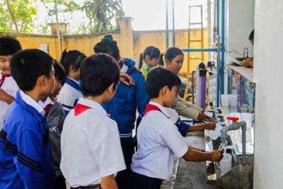 """images939504 NSNV  4  1 - Đoàn Khối các cơ quan tỉnh: Khánh thành công trình thanh niên """"Hệ thống lọc nước sạch"""" tại Trường THCS Nguyễn Phan Vinh"""