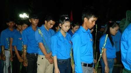 Gần 1.300 đoàn viên, thanh niên thắp nến tri ân các anh hùng liệt sĩ