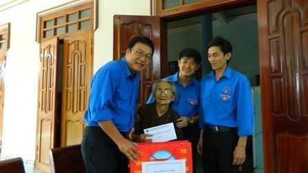 Lãnh đạo Tỉnh đoàn, Đoàn khối Các cơ quan tỉnh và Huyện đoàn Diên Khánh  đi thăm và tặng quà các Mẹ Việt Nam anh hùng