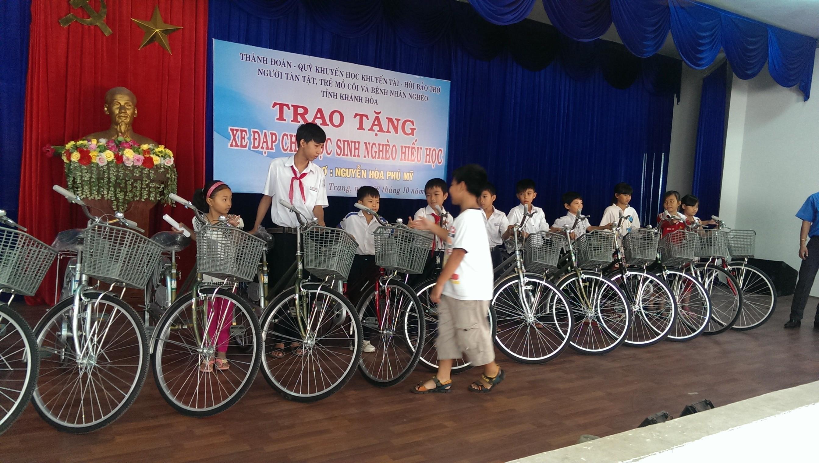 BC3B9i20HE1BB93ng20TiE1BABFn202 - Nha Trang: Trao tặng xe đạp cho các em học sinh có hoàn cảnh khó khăn