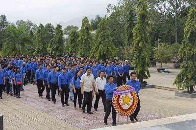 images1019247 LS  1  - Gần 1.000 đoàn viên, thanh niên dâng hương tại Nghĩa trang liệt sĩ Hòn Dung