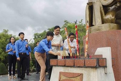 images1019248 LS  2  - Gần 1.000 đoàn viên, thanh niên dâng hương tại Nghĩa trang liệt sĩ Hòn Dung