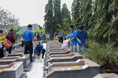 Đoàn viên, thanh niên tham gia quét dọn vệ sinh các phần mộ liệt sĩ.