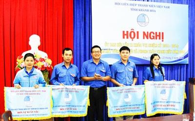 Anh Võ Hoàn Hải - Bí thư Tỉnh đoàn, Chủ tịch Hội Liên hiệp Thanh niên Việt Nam tỉnh trao cờ cho các tập thể xuất sắc.