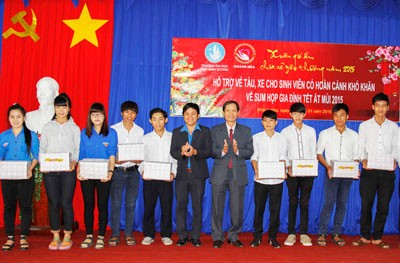Đại diện Trường Đại học Thái Bình Dương trao quà cho các sinh viên.