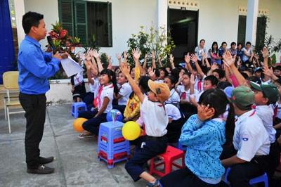 Màn đố vui có thưởng được các học sinh nhiệt tình tham gia.