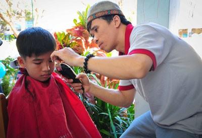 Các học sinh được cắt tóc miễn phí.
