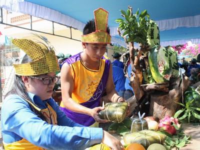 Chuẩn bị mâm quả cho phần thi Lễ vật dâng các vua Hùng.