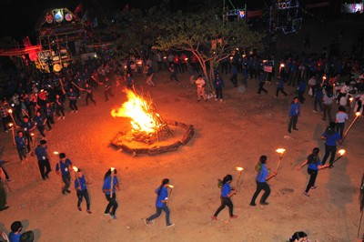 Không khí được hâm nóng với phần đốt lửa trại.