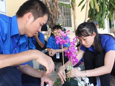Các đoàn viên, thanh niên trổ tài cắm hoa.
