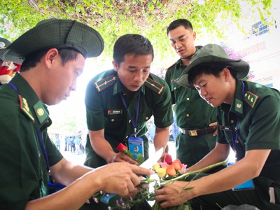 Các chiến sĩ biên phòng cũng trổ tài cắm hoa.