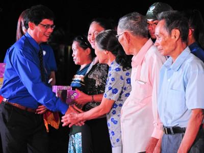 Ông Nguyễn Tấn Tuân tặng quà cho các gia đình chính sách.