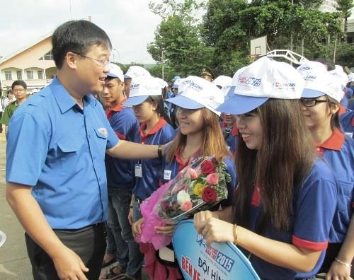 bi thu doan trao hoa 9a344 1 - Hàng ngàn tình nguyện viên bừng khí thế ra quân tiếp sức mùa thi