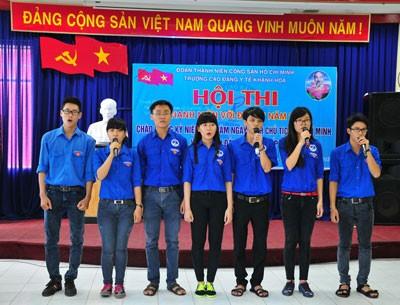 Các đội thi tham gia phần thi hợp xướng các ca khúc cách mạng.