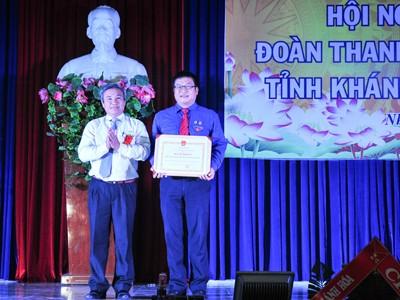 Ông Mai Thu - Phó Giám đốc Sở Nội vụ, Trưởng Ban Thi đua - Khen thưởng tỉnh trao bằng khen của UBND tỉnh cho Bí thư Tỉnh đoàn.