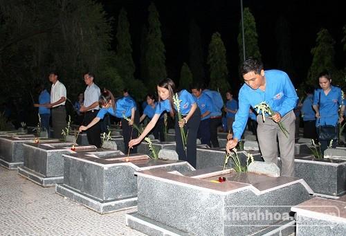 Đoàn viên thanh niên đặt hoa, dâng hương tưởng nhớ các anh hùng liệt sĩ.