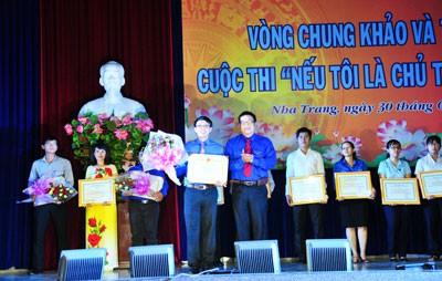 Ông Võ Hoàn Hải - Bí thư Tỉnh đoàn, Trưởng ban tổ chức cuộc thi trao thưởng cho thí sinh đạt giải nhất.