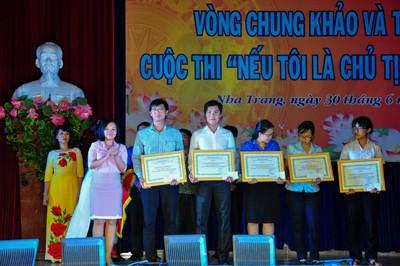 Bà Thái Thị Lệ Hằng - Phó Tổng Biên tập Báo Khánh Hòa trao bằng khen của UBND tỉnh cho các đội đạt giải ý tưởng