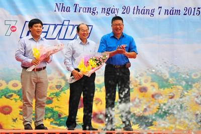 Ban tổ chức tặng hoa cho đơn vị tài trợ và đăng cai