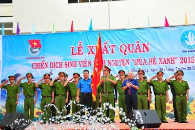 Lãnh đạo tỉnh trao cờ nhiệm vụ cho các đơn vị