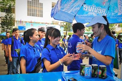 Các tình nguyện viên được công ty Pepsi Việt Nam hỗ trợ nước uống miễn phí