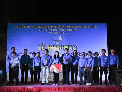 Ban tổ chức trao cờ và làm lễ ra mắt Hội đồng huấn luyện tỉnh nhiệm kỳ 2014-2019
